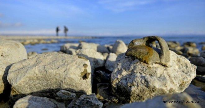 Van gölü çekilince kalıntılar ortaya çıktı...